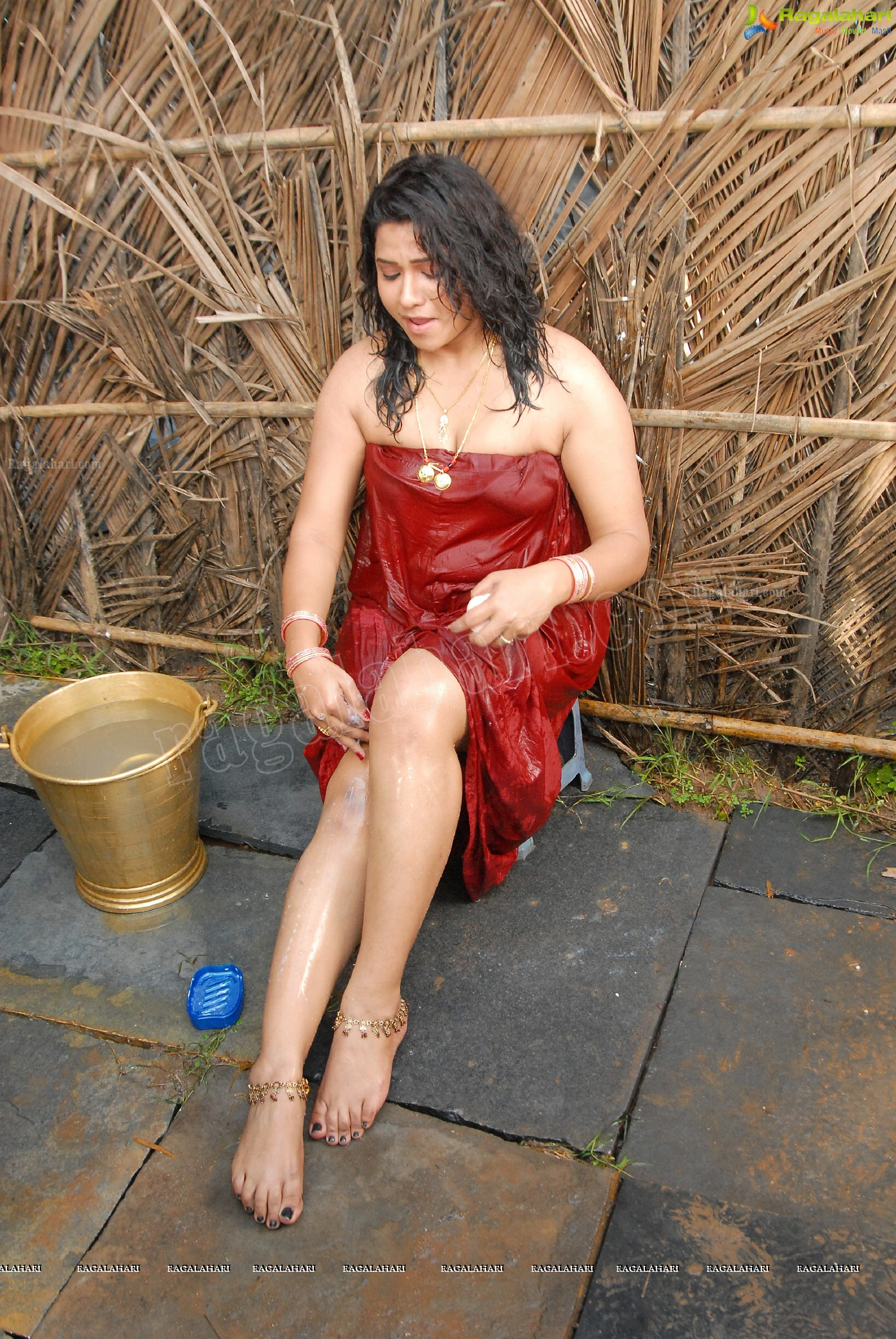 Jyothi-Hot-And-Wet-Bathing-Photos-indian-film-actress